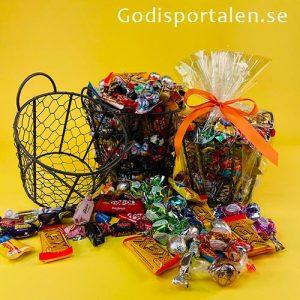 Hönskorg fylld med godis för påsk - Godisportalen.se