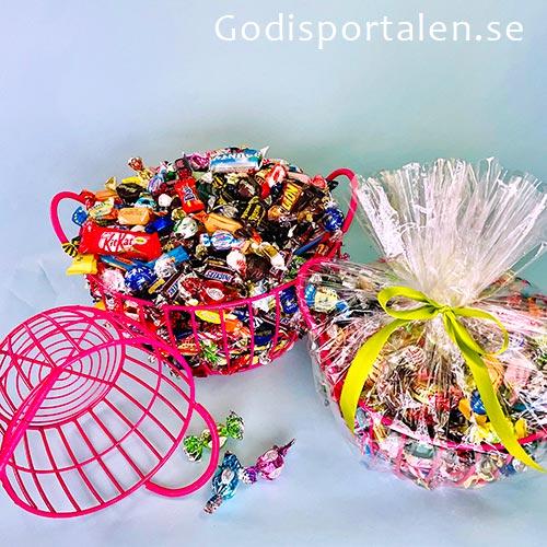 Sommarkorg med inslaget godis. Rosa stålkorg. Godisportalen.se