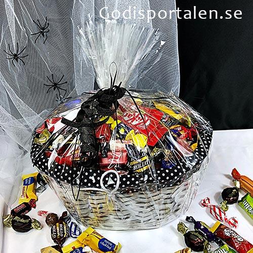 Halloween Godiskorg med Lyxigt Godis. Svart-prickig inslagen i Cellofan. Godisportalen.se